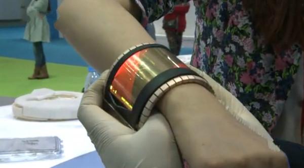 首款可穿戴可弯曲石墨烯柔性屏智能手机赚足眼球